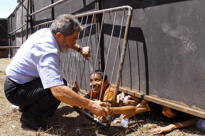 Presidente Lula cumprimenta crianças durante comício em Timon. Maranhão, 24 de outubro de 2006.