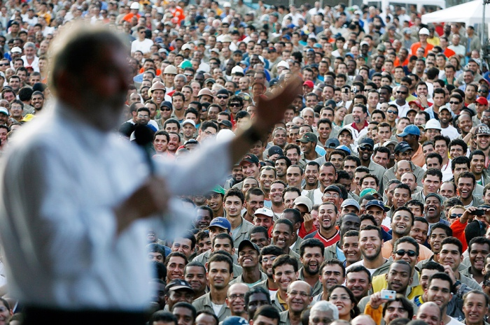 Presidente Lula discursa para populares.
