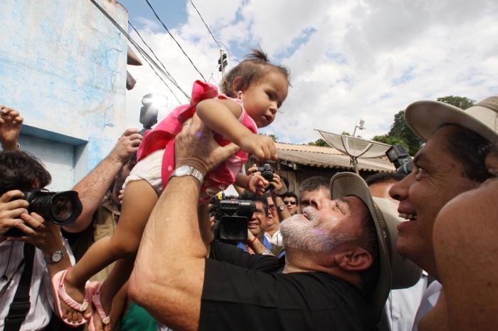 Presidente Lula cumprimenta populares durante viagem inaugural do Trem do Pantanal, em Aquidauana. Mato Grosso do Sul, 8 de maio