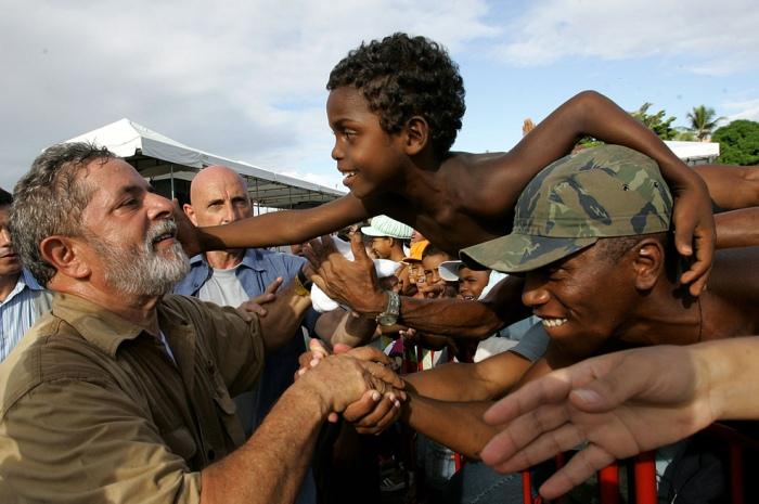 Presidente Lula cumprimenta crianças durante cerimônia de assinatura do PAC, no município de Lauro de Freitas. Bahia, 9 de maio