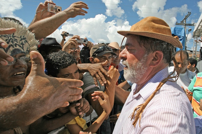 Presidente Lula cumprimenta populares na cerimônia de instalação do Comitê Estadual de Articulação