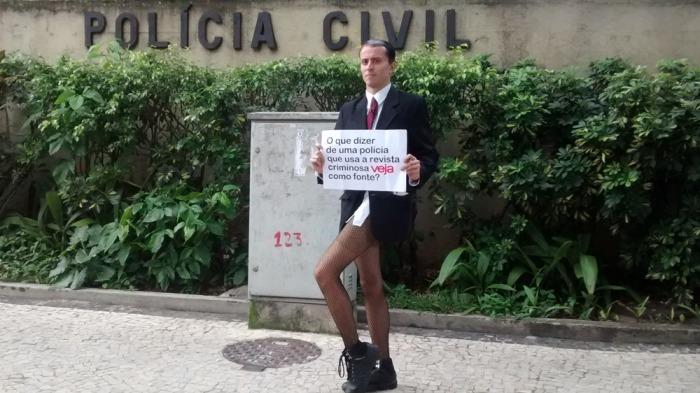 Humorista protestou contra intimação após depoimento na sede da Polícia Civil. Foto: Felipe Martins