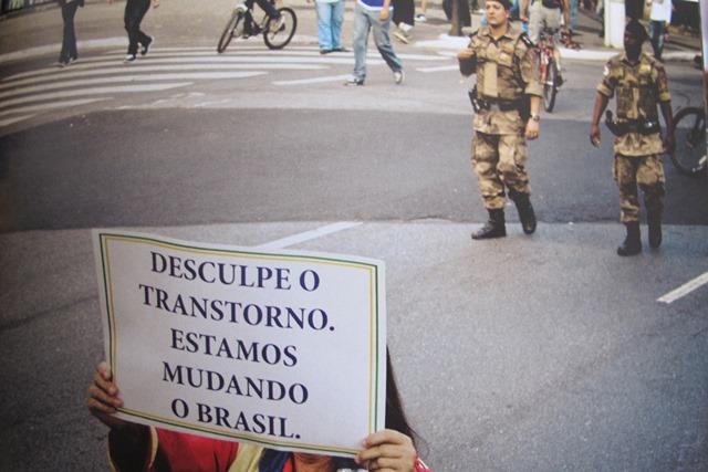 Manifestante segura cartaz em protesto
