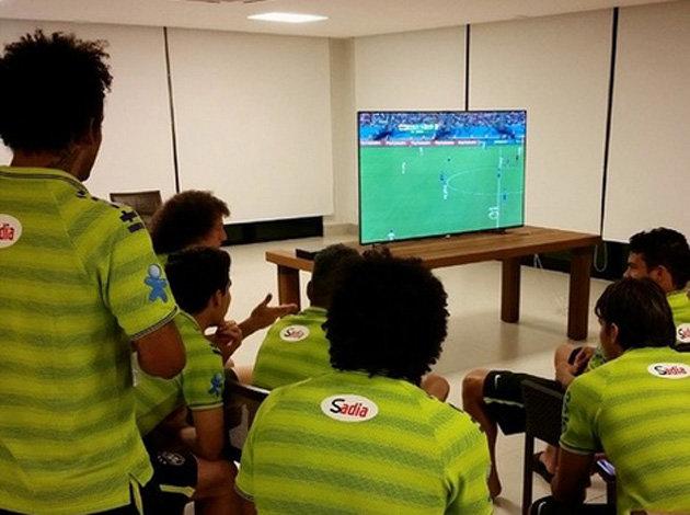 Jogadores do Brasil assistem jogo Inglaterra x Itália na Band (Reprodução/Twitter)