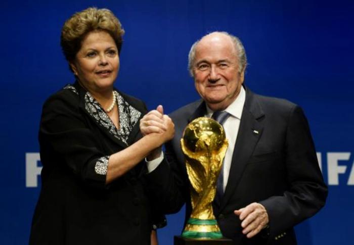 DILMA ROUSSEFF AO LADO DO PRESIDENTE DA FIFA JOSEPH BLATTE