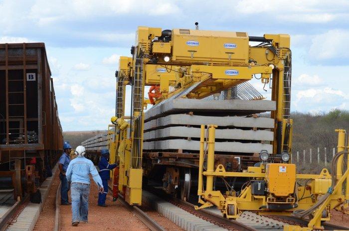 Instalação dos dormentes da Ferrovia Transnordestina, em Pernambuco